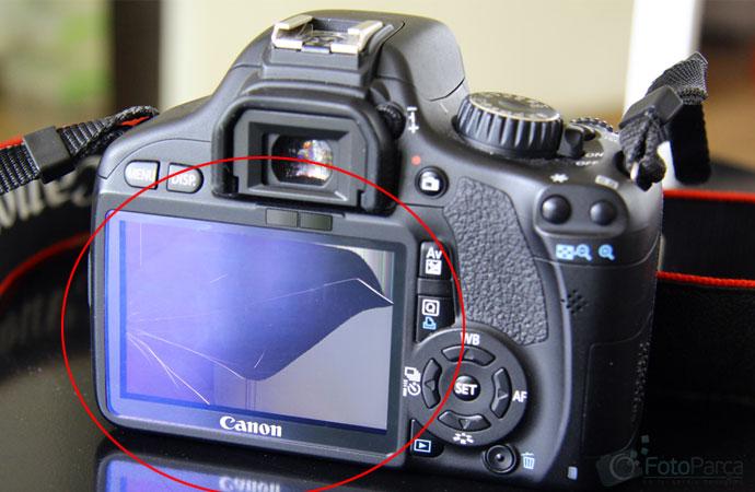 Ekranı kırık Canon fotoğraf makinesi